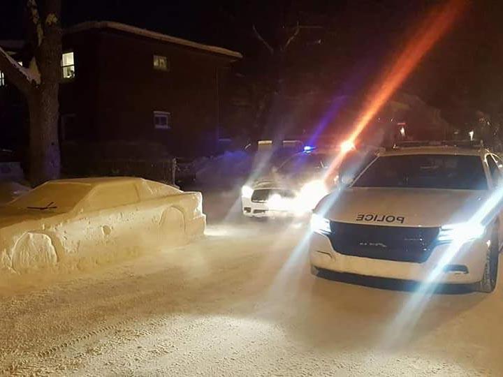 Hombre engaña a oficiales con un auto hecho de nieve
