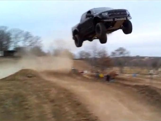 El salto prohibido de una Ford Raptor | Atraccion360