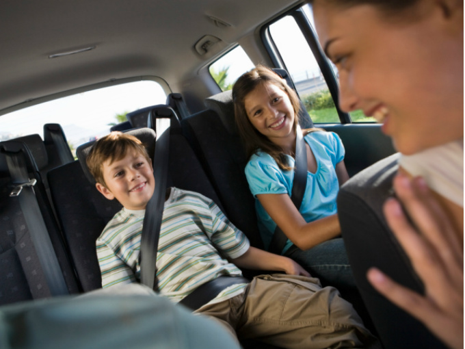 Tips de seguridad para viajar con ni os atraccion360 for Espejo para ver al bebe en el auto