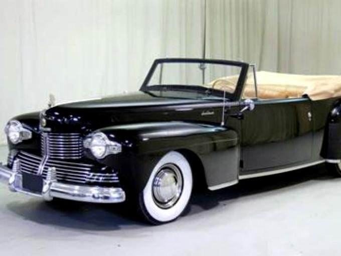 Para 1942, el Lincoln Continental se sometió a un rediseño frontal completo, así la parte delantera se hizo más ancha y baja, con entresijos en cromo y los faros fueron rediseñados. El motor V-12 era ahora más voluminoso (306 cúbico-pulgadas) y la potencia que entregaba era de 130 Caballos de Potencia. Fotos: Autos Clásicos Mexicanos Fb