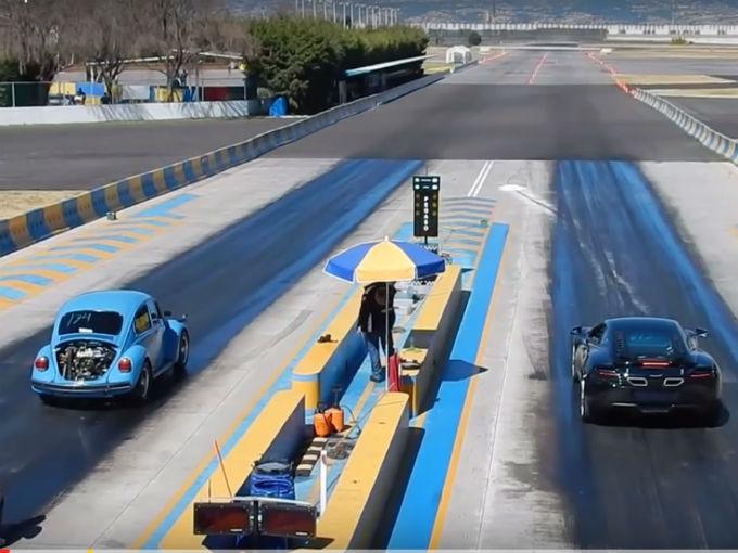 Mercedes Benz Modesto >> Ni un poderoso McLaren puede contra un Vocho mexicano | Atraccion360
