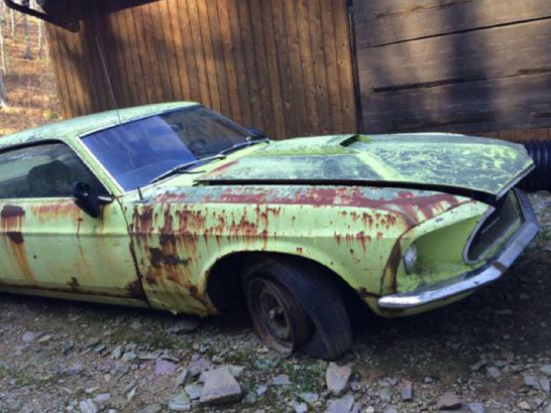 Mustang 1969 Edición Limitada seiscientos Groovy Green. Una de las ediciones más excepcionales de los años 60, fue la 600. Solo se fabricaron 503 unidades y aún así alguien que planeaba restaurarlo, lo permitió estacionado en 1995 y jamás volvió. Fue topado últimamente y es una rareza que probablemente jamás veremos. Foto: Mustang 360