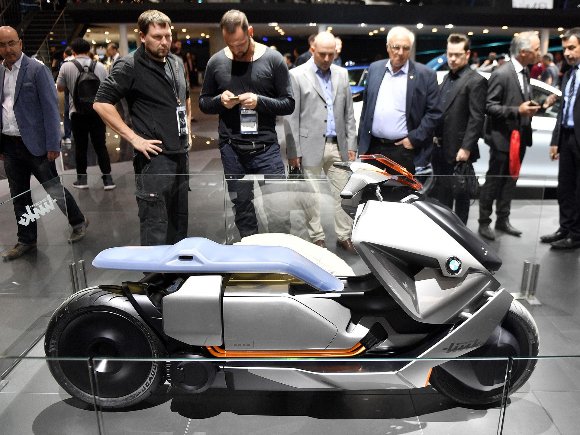 BMW Motorrad asimismo presentó su término Concept Link, una moto eléctrica que aprovecha la conectividad de los dispositivos smartphones para su desempeño. Foto: BMW