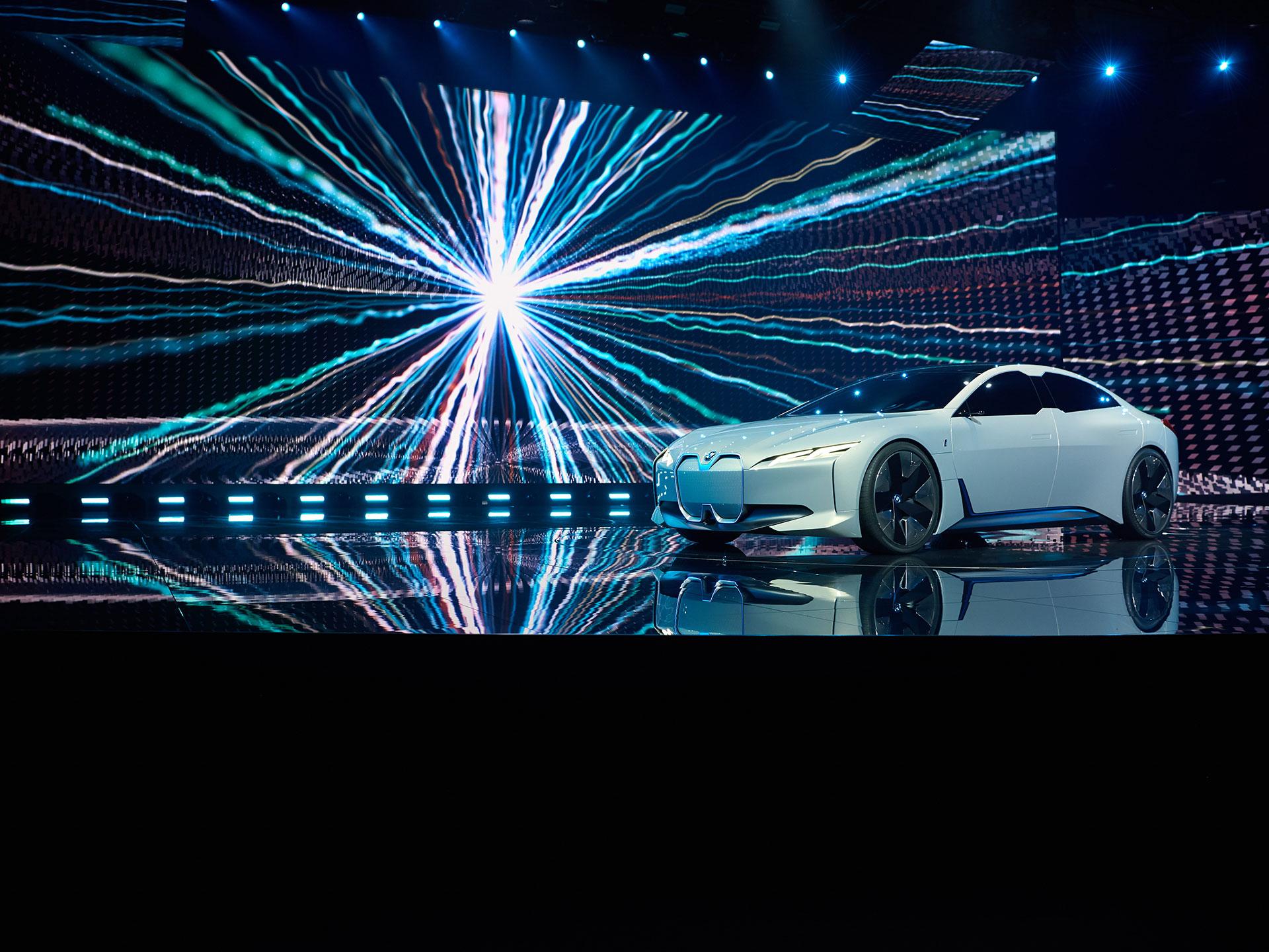 El BMW i Visión Dynamics fue el lanzamiento más esencial de la firma bávara, toda vez que es el estandarte de su estratagema de electrificación hasta 2025. Foto: BMW