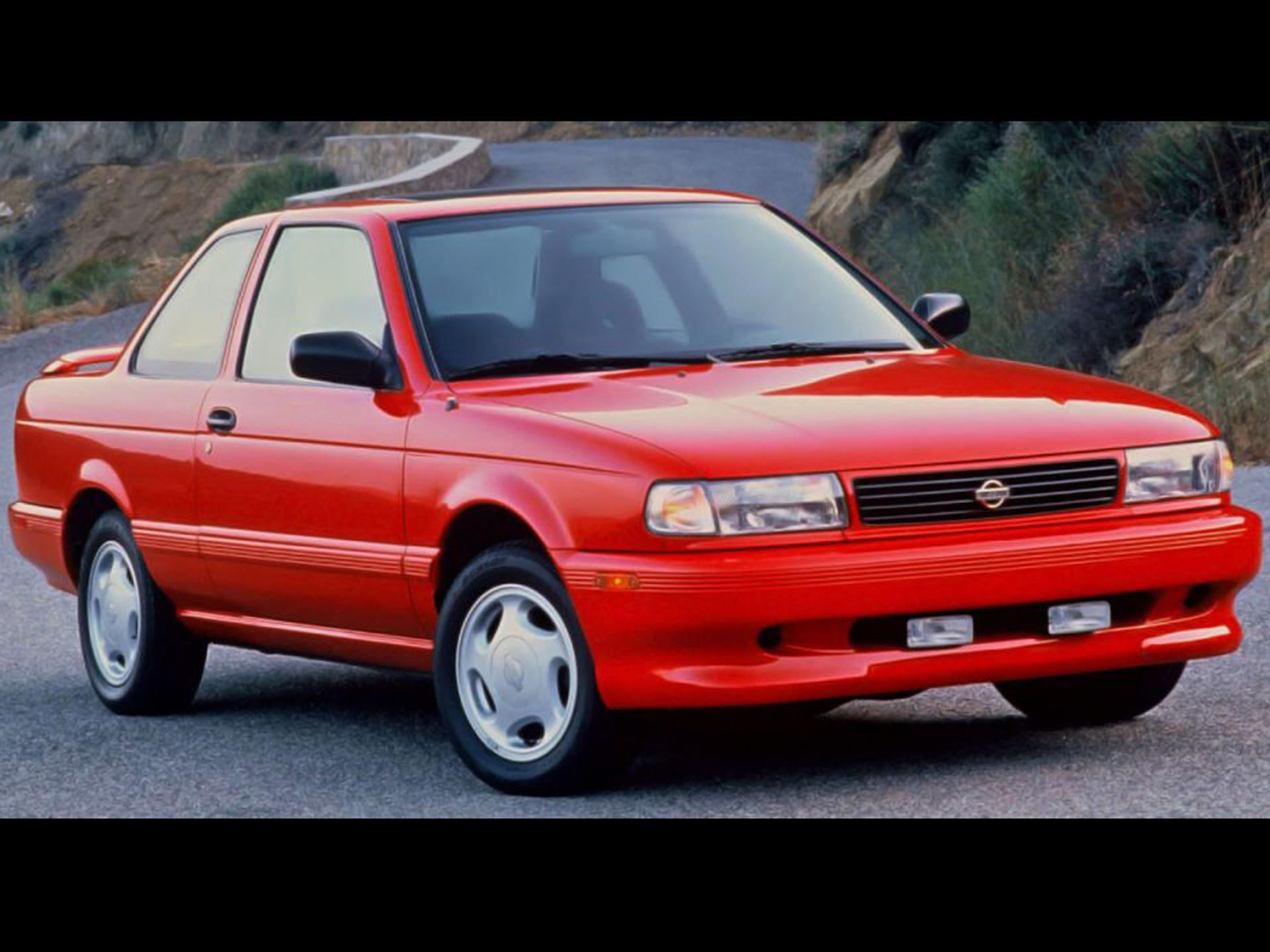 Tsuru GSR 2000. Tal vez piensas que estamos bromeando, pero no. El Sentra GSR-2000 ó Tsuru, cual lo conocíamos nosotros, marcó la pauta para muchos deportivos de 3 volúmenes. Sentó las bases de una fórmula exitosa. Con un motor suficiente, no era tan potente, sin embargo, el manejo, contestación y sensación de manejo eran extraordinarios en parte por su peso. Se llegó a cotejar con BMW, no es broma. Foto: Especial