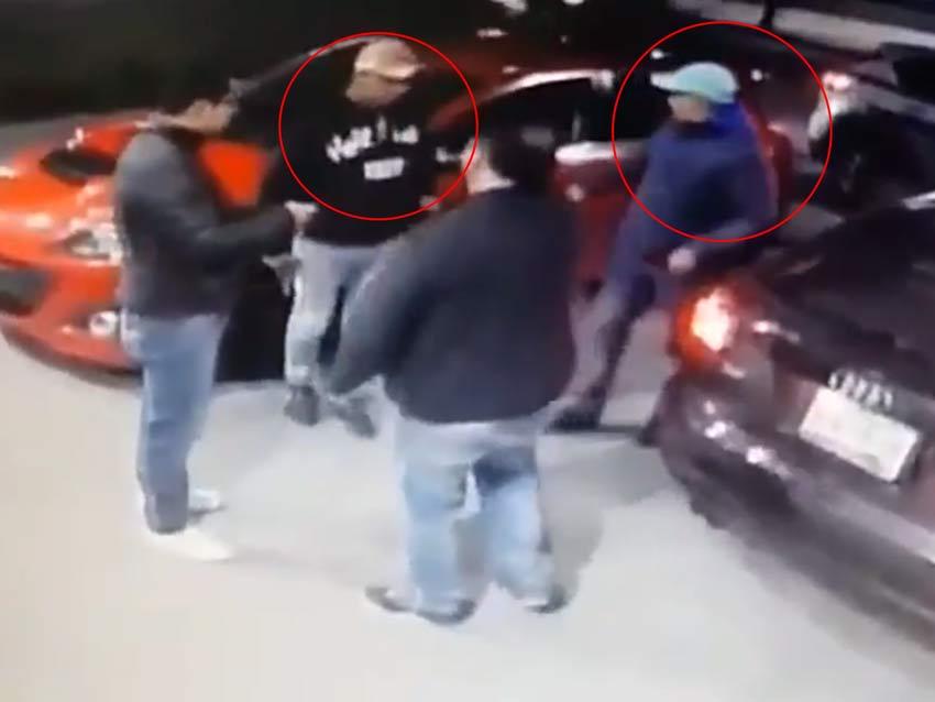 Los sujetos amagan a las víctimas para que entreguen entre otros objetos de valor, las llaves de los vehículos. / Foto: captura video Denuncia Ecatepec.