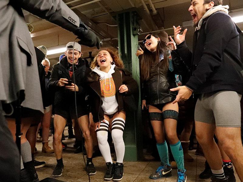 """Cada año, consumidores de diferentes metros en el mundillo efectúan el acto """"No Pants Subway Ride"""". En la foto, gente en el subterráneo de Noticia York. Foto: Reuters"""