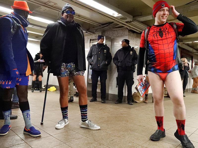 Incluso 'Spiderman' se quita los pantalones en el metro de Noticia York. Foto: Reuters