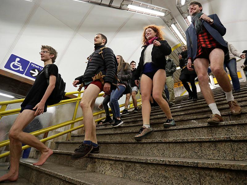 """Usuarios del metro de Praga, Checoslovaquia, asimismo efectúan su """"No Pants Subway Ride"""". Foto: Reuters"""