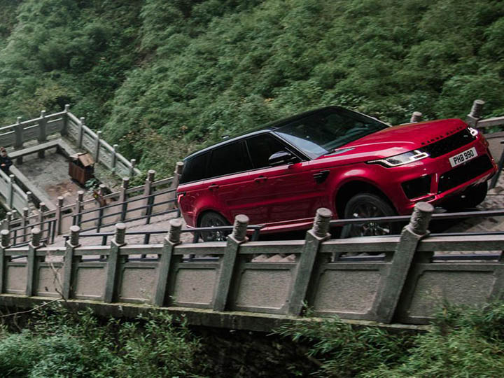 Range Rover Sport demuestra su poder en espeluznante carretera
