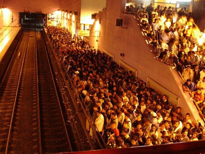 Tiene Metro sobrecupo de un millón de consumidores al día. Foto: Cuartoscuro