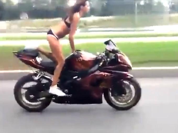 chica en bikini realiza espectaculares acrobacias en moto. Black Bedroom Furniture Sets. Home Design Ideas