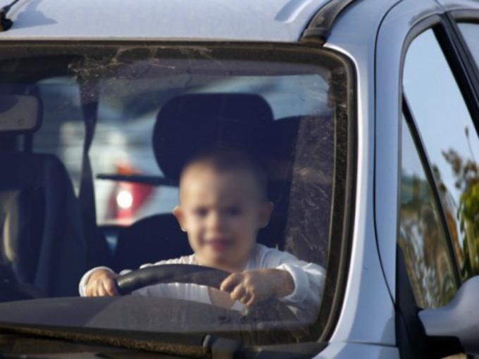 Un ni o roba auto y se hace pasar por enano para conducir for Espejo para ver a los ninos en el coche