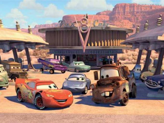 En el recorrido de la primera pista de carreras cara California, en la sucesión de llanos de las carreteras por el desierto, en cierto instante observamos unos cables de teléfono y sin previo aviso una fila de pájaros en ella. Éstos pájaros no son otros que lo aparecidos en el corto animado Birds, asimismo de Pixar y estrenado junto con Monster Inc. Foto: Pixar/Cars Facebook