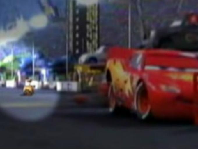 Pixar mezcla personajes. Pixar siempre mezcla personajes en sus películas y Cars no podría ser la excepción, en una de las escenas cuando le varían las llantas a McQueen, se puede ver a Wall-E, otro personaje de Pixar. Foto: Pixar/Cars Facebook
