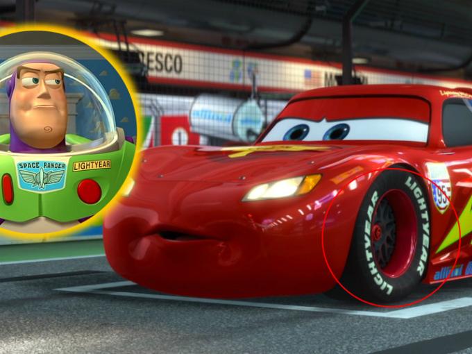 """¿Sabías qué hay muchas referencias de Toy Story en Cars? Por ejemplo la marca de neumáticos que utilizan los autos se llaman Light Year, nombre que ademas de parodiar a la marca Gooyear, hace referencia al juguete del espacio Buzz Lighyear. También aparece la camioneta de """"Pizza Planeta"""" que aparece en Toy Story. Foto: Pixar/Cars Facebook"""