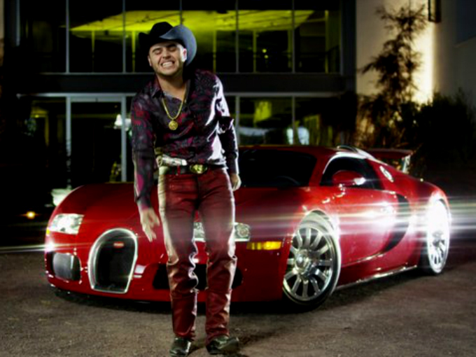 El grupero Gerardo Ortiz tiene un superdeportivo Bugatti Veyron. Foto: Twitter
