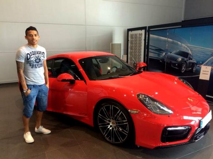 El futbolista mexicano Javier Aquino posee un Porsche Cayman GTS. Fotos: Facebook Javier Aquino
