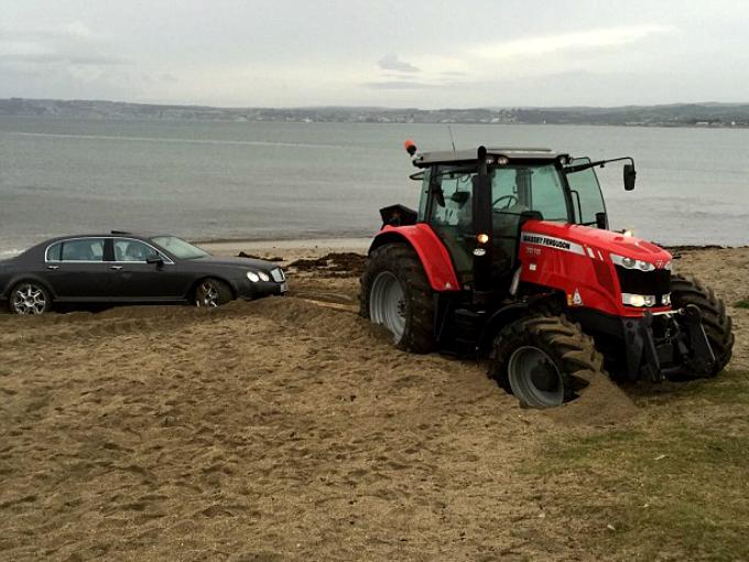 Tractor saca Bentley de playa | Atraccion360