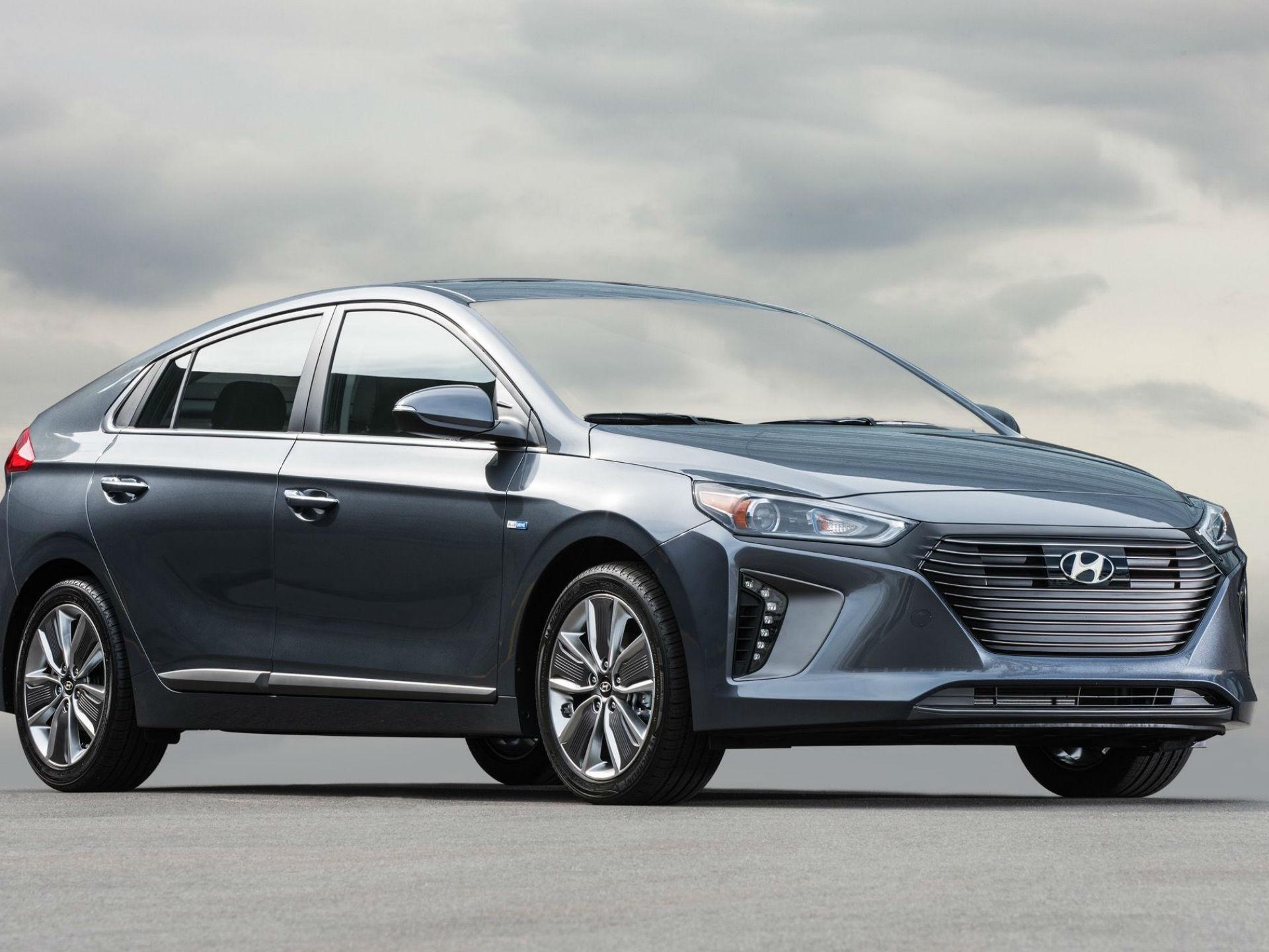Hyundai Ioniq. Comparte ciertas entrañas con el Kia Niro, y se trata de un modelo multifacético. Habrá 3 versiones: la primera sera un híbrido de 104 hp a motor de gasolina y 43 hp de un motor eléctrico. El absolutamente eléctrico tendrá un motor de 120 hp y promete una carga del 80% en veinte minutos. Foto: Hyundai