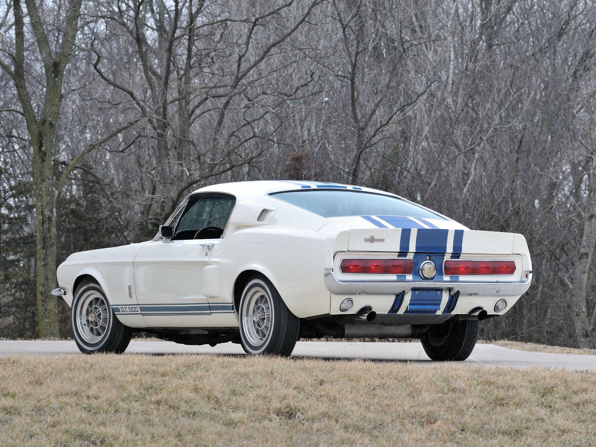 FORD SHELBY GT 500. En 1967 los ingenieros de Ford desarrollaron éste fastback propulsado por el mismo motor V8 que portaba el GT 40. Querían fabricar cincuenta unidades y venderlas por ocho 1.000 dólares. El coste resultó elevado y el proyecto fue cancelado; el prototipo fue vendido en mayo de 2013 por 1.3 millones de dólares. Foto: Flickr