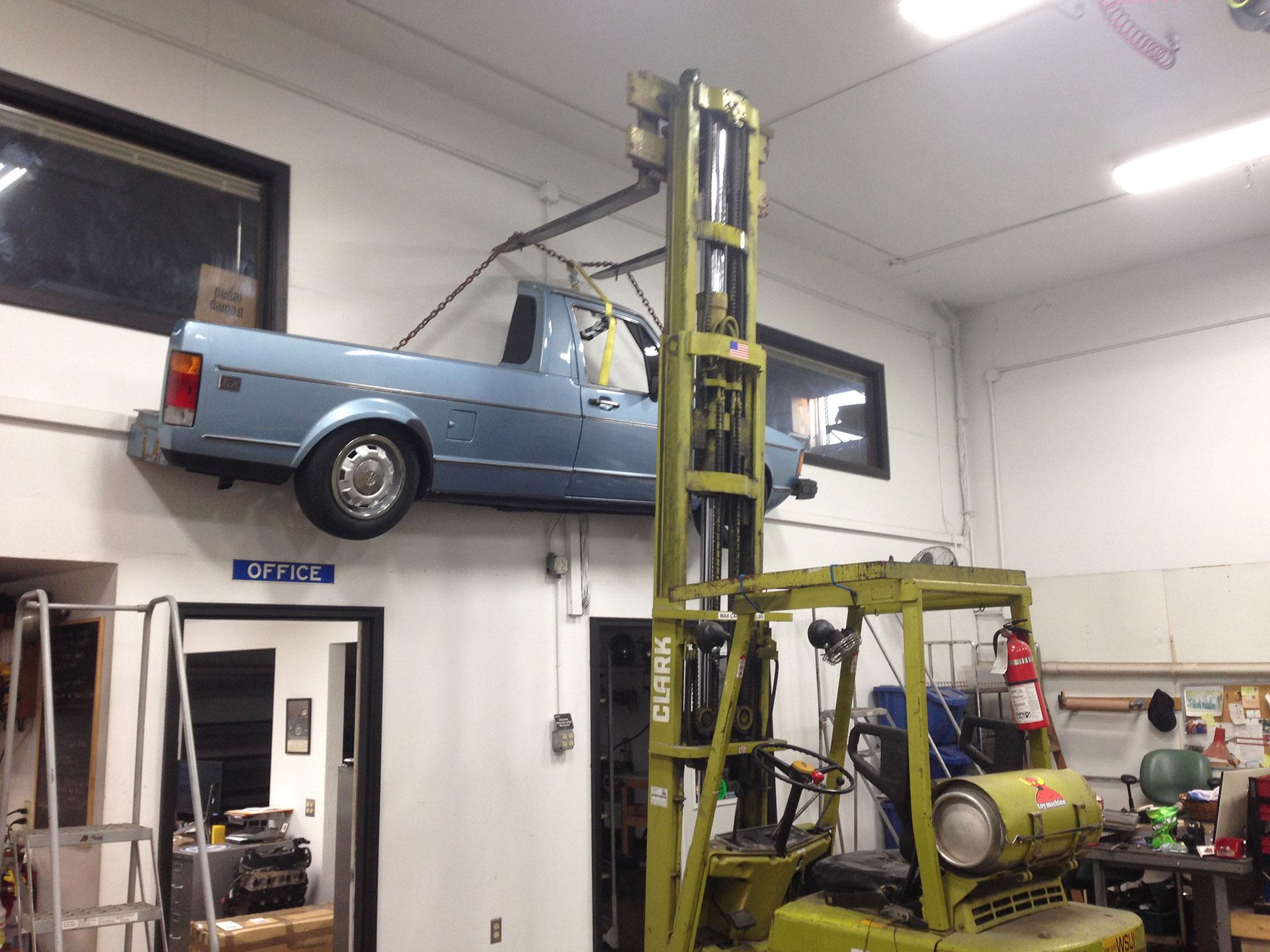 Con las ruedas ya puestas, éste modelo se atornilló a múltiples postes para que quedara fijo en la pared. Foto: Imgur