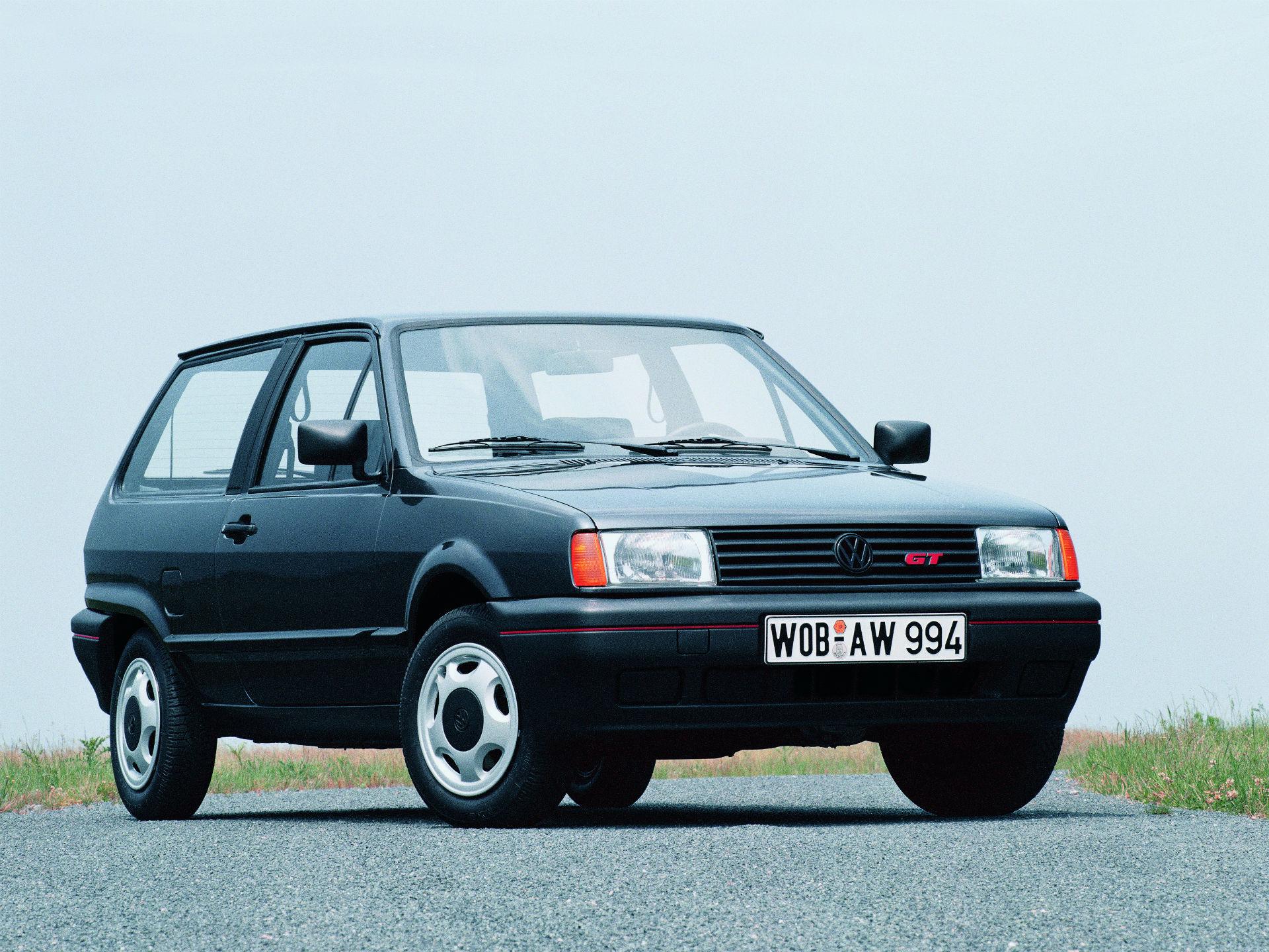 A finales de los años 80, el Polo II, recibió un facelift de intermedia generación. El modelo ya estaba posicionado cual un buen referente en el inédito segmento. Recibió mejoras en motores y frenos. Foto. Volkswagen