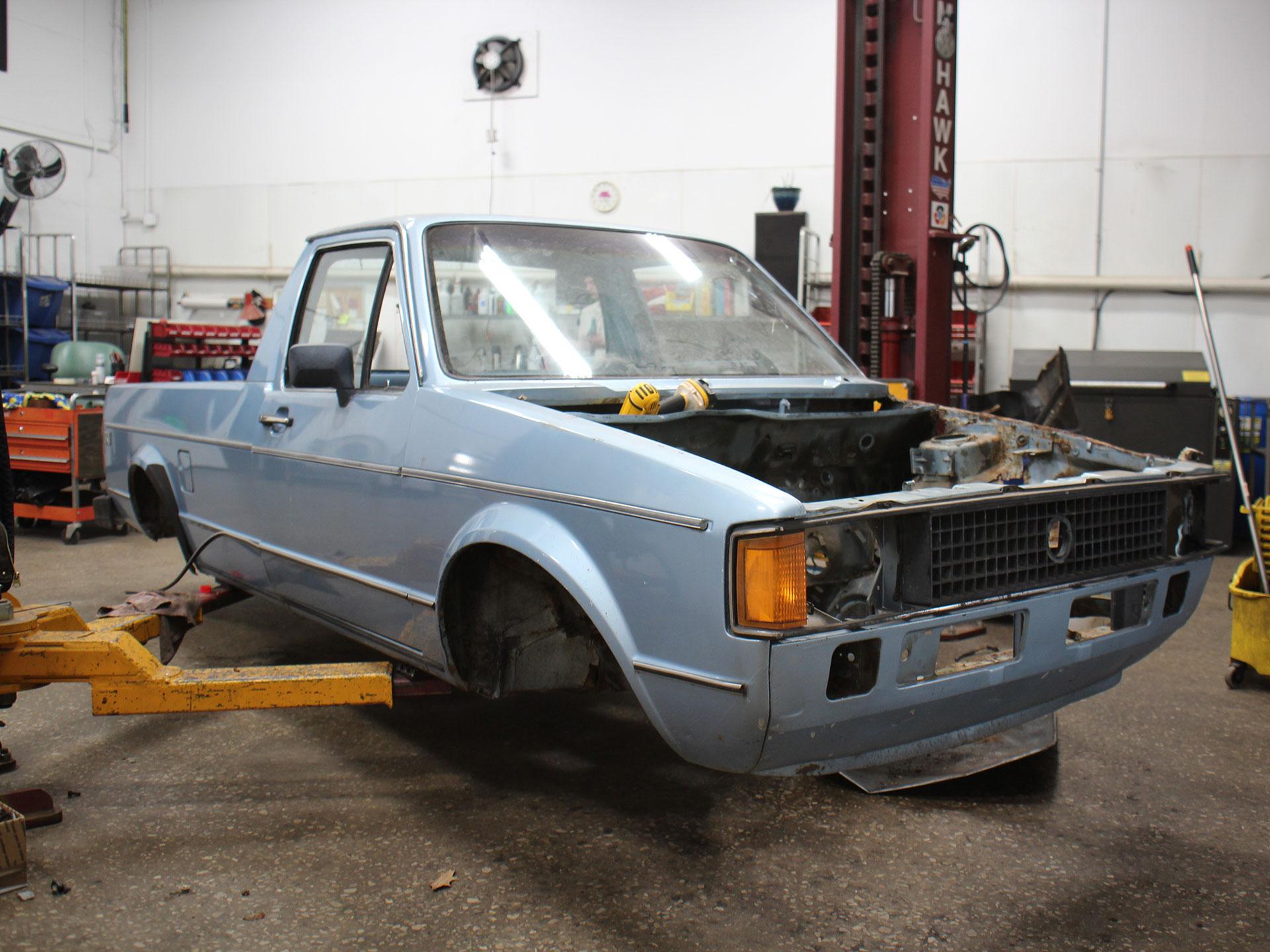 Lo primero que se hizo fue apartar todas las partes de la camioneta. Foto: Imgur