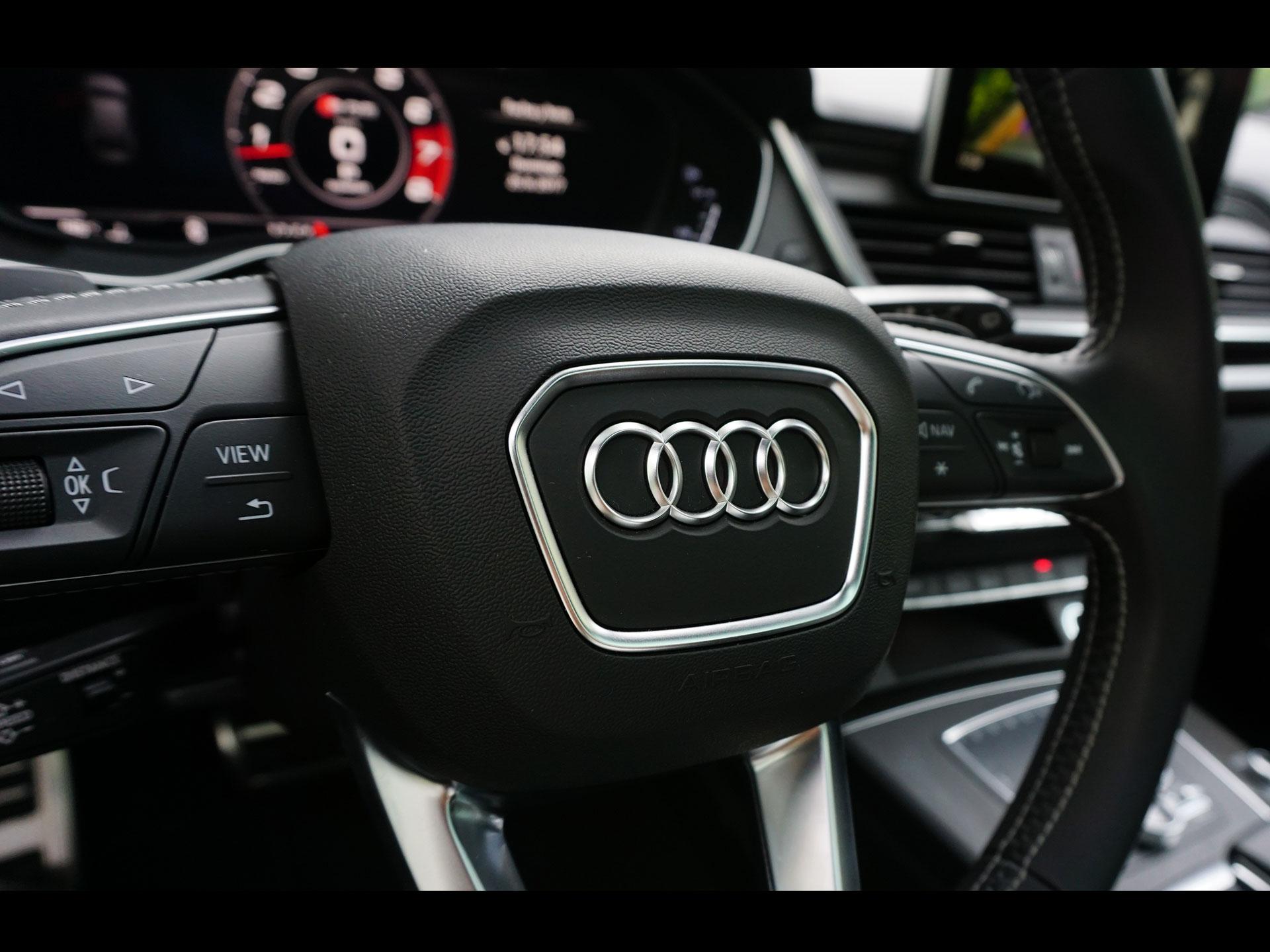El volante, recordado de la parte inferior, está forrado en piel y narra con controles al volante. Foto: Marco Robles