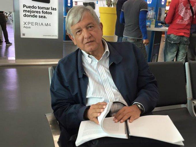 Resultado de imagen para AMLO EN EL AEROPUERTO DE LA CIUDAD D E MEXICO