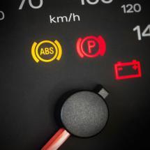 Lo que pasa cuando conduces con esta luz encendida