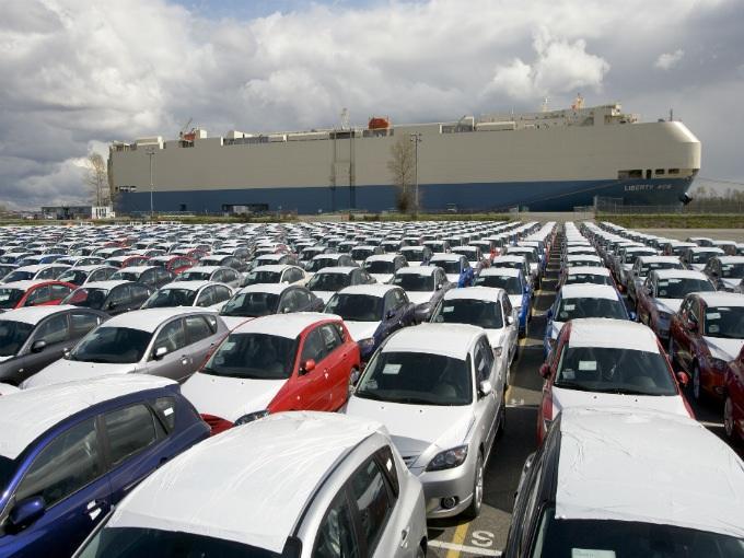Argentina cierra la puerta a autos mexicanos