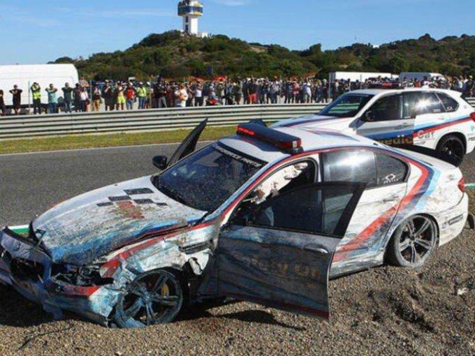 El auto encargado de brindar seguridad a los pilotos de Moto GP en Jerez, España, no fue precisamente el más seguro. Foto: Especial
