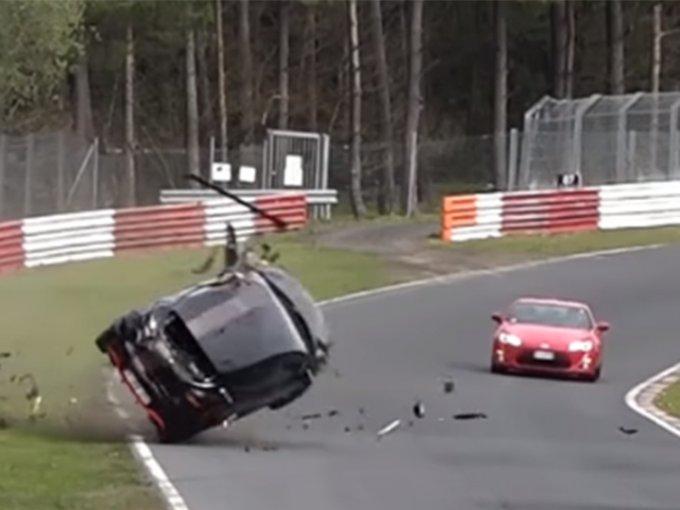 Por fortuna, al tratarse de un circuito, los conductores salieron con lesiones menores. Eso sí, adiós a los pobres autos. Foto: Tomada de YouTube