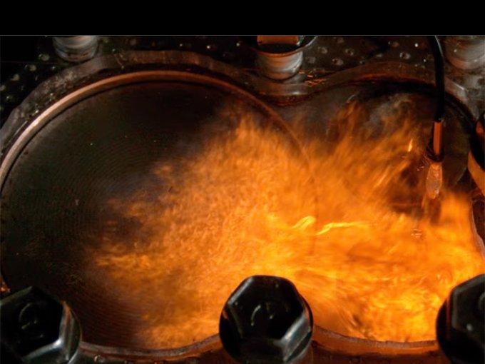 """Gracias a ésta cámara 4K podemos ver con exactitud lo que ocurre al """"quemar"""" diferentes tipos de comburente en un motor. Foto: Tomada de YouTube"""